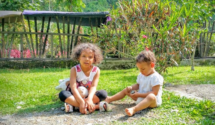 27082016-Bukit Lawang les filles dans le jardin