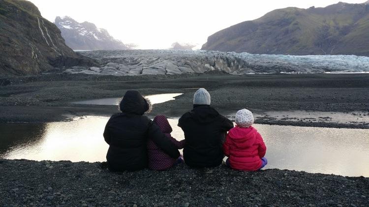 a-quatre-devant-le-glacier